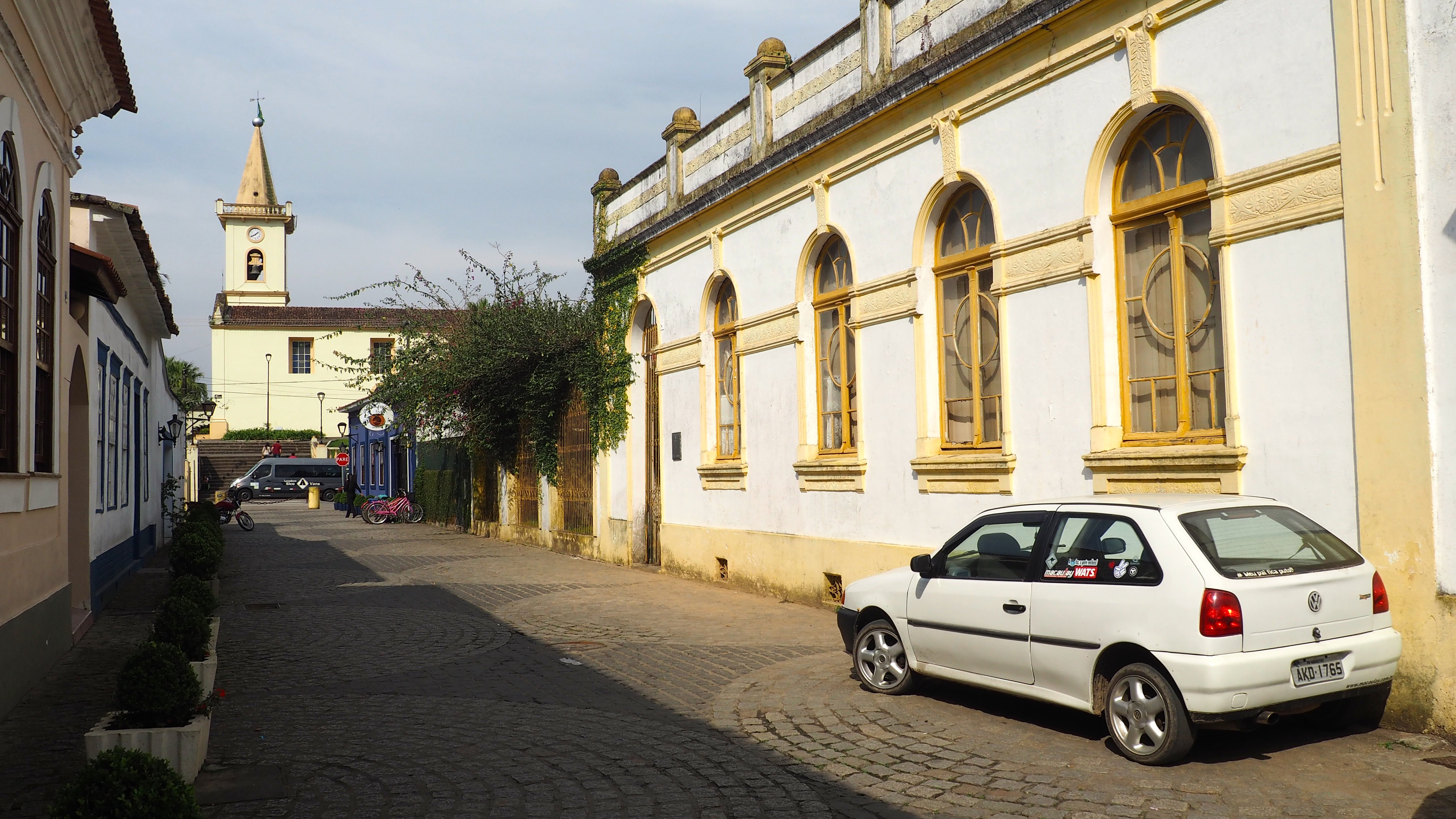 Calles de Morretes, con suelo empedrado y casas de estilo colonial