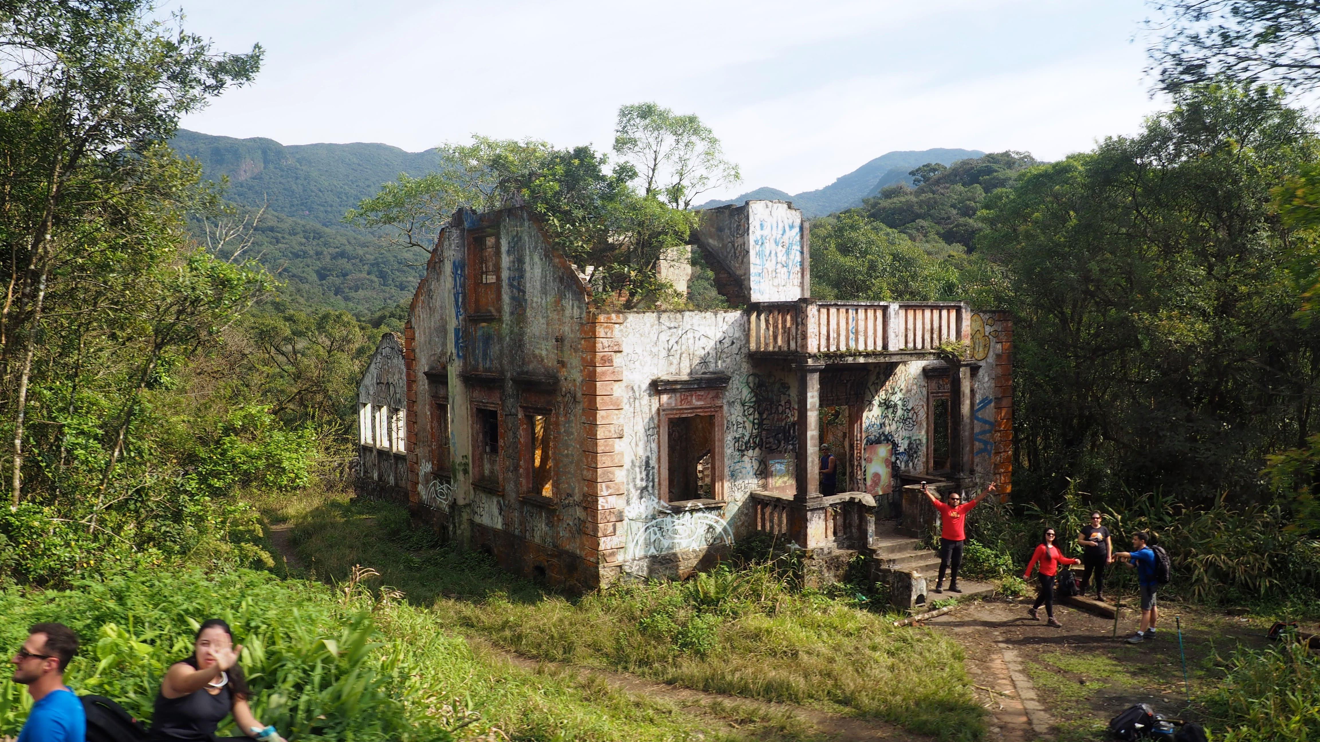 Casas antiguas a lo largo del trayecto del Serra Verde Express, el tren turístico de Curitiba
