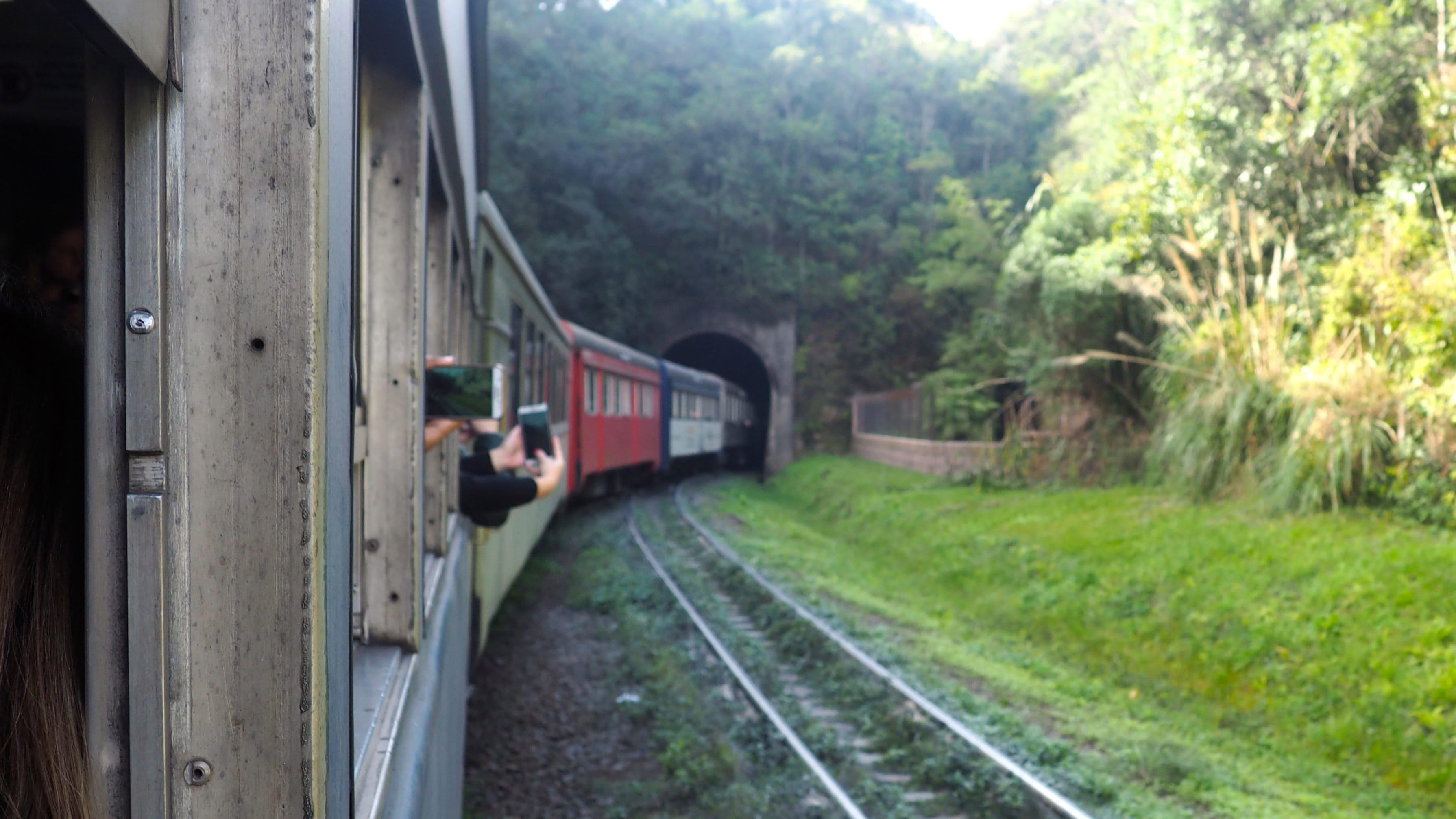 El Serra Verde Express entrando en un túnel camino a Morretes
