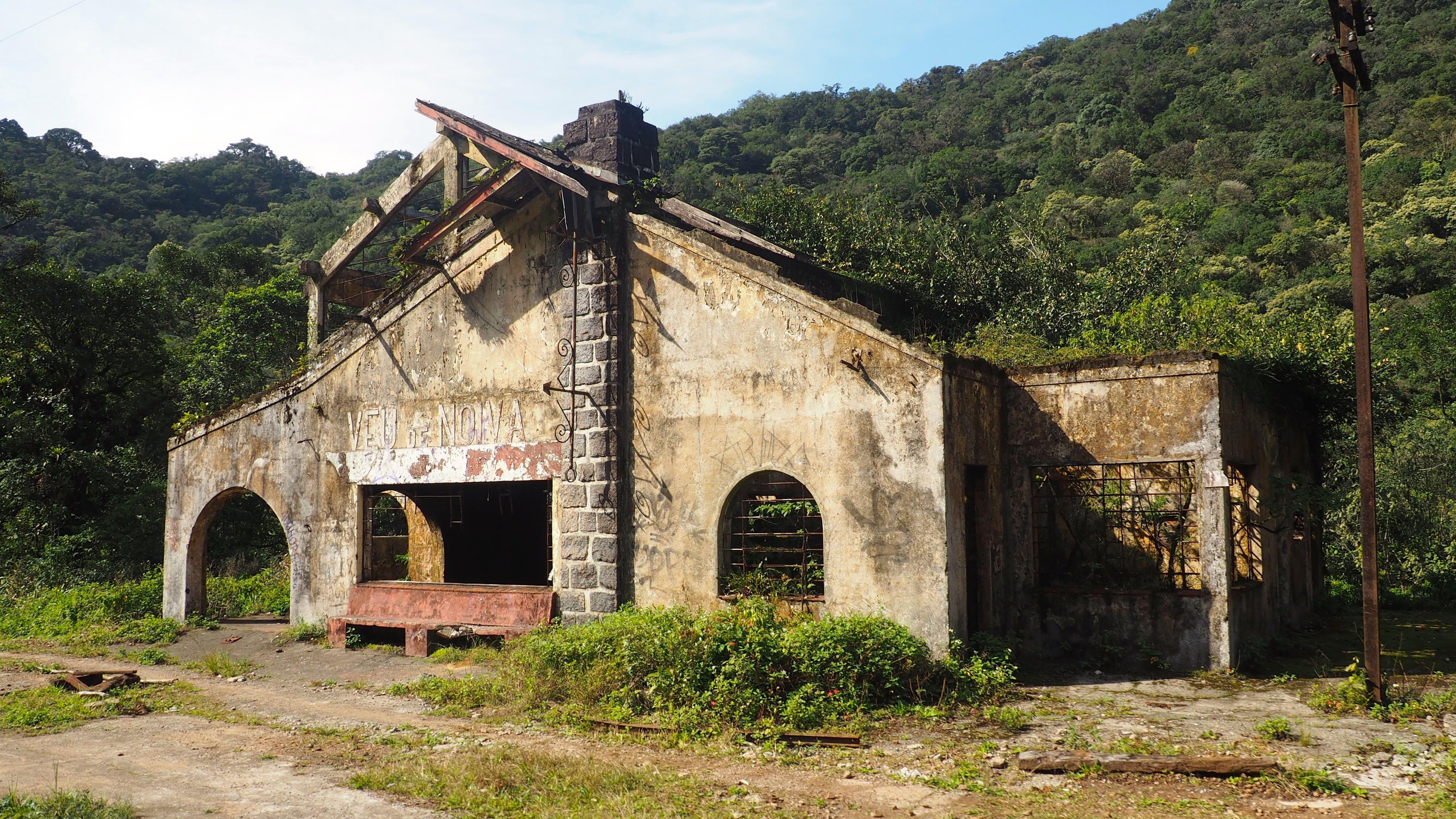 Estación abandonada en el trayecto del Serra Verde Express