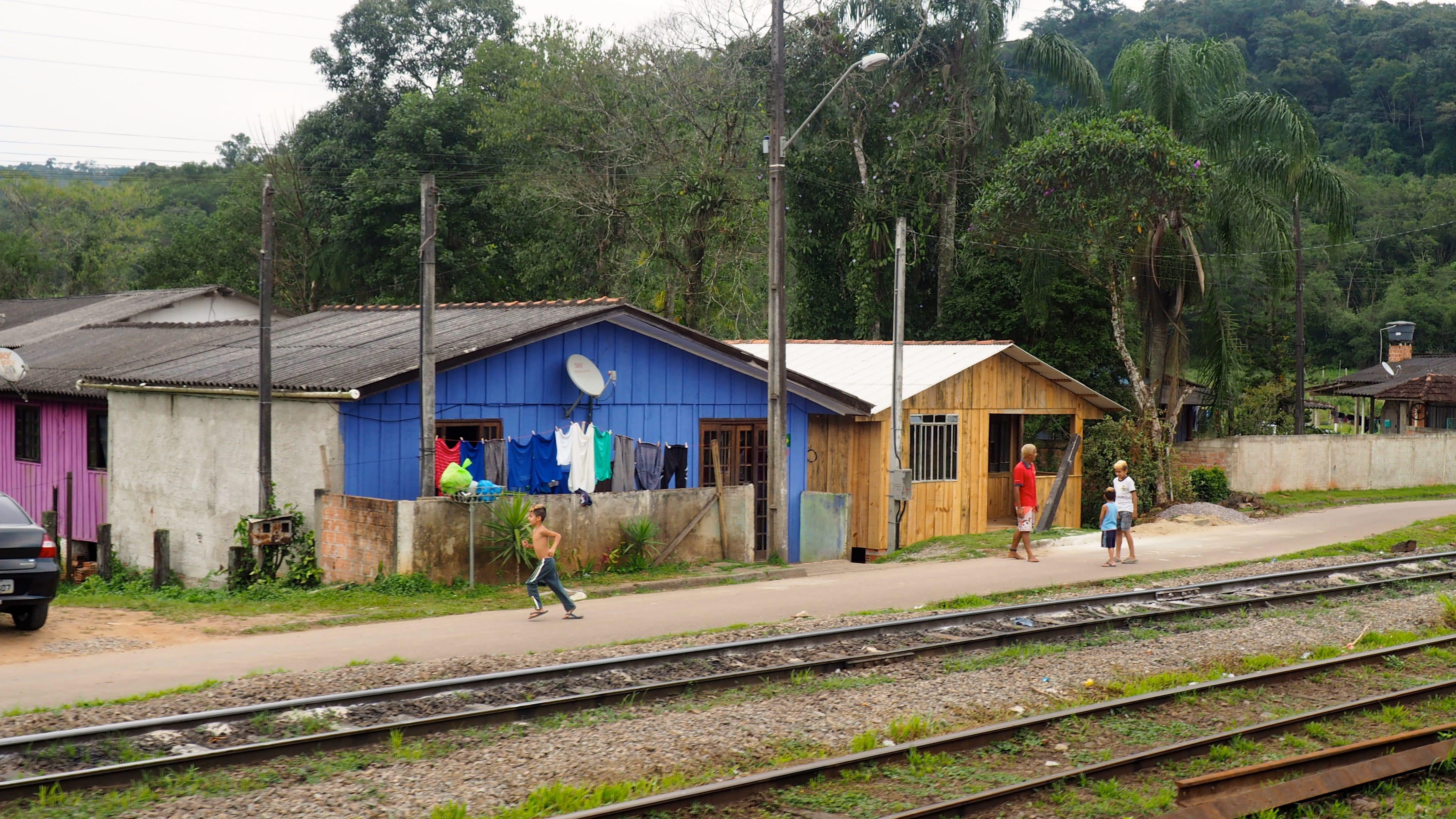Vida alrededor de la vías del tren turístico de Curitiba