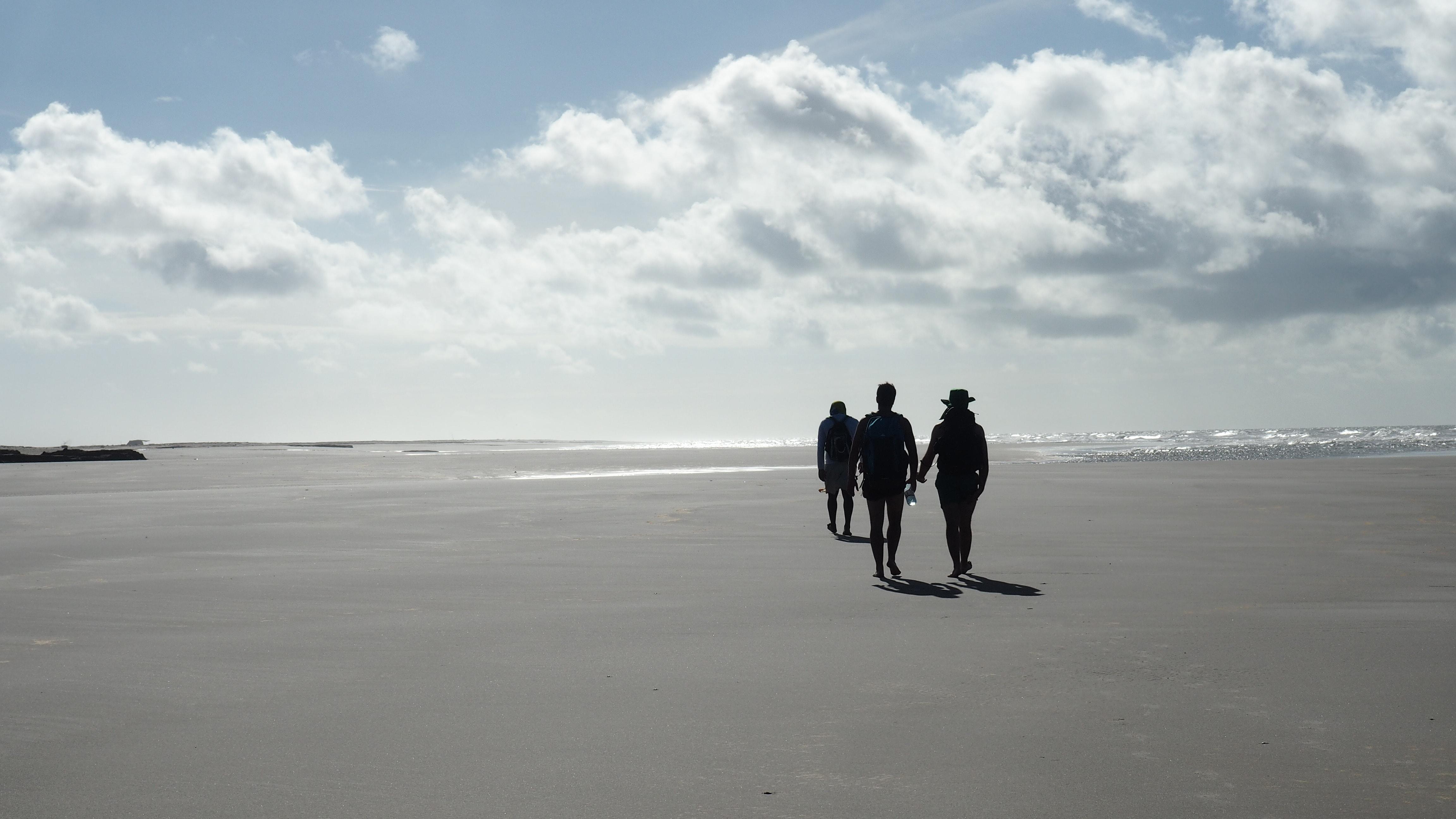 Caminando por la playa al comienzo de la ruta de 3 días en los Lençois Maranhenses