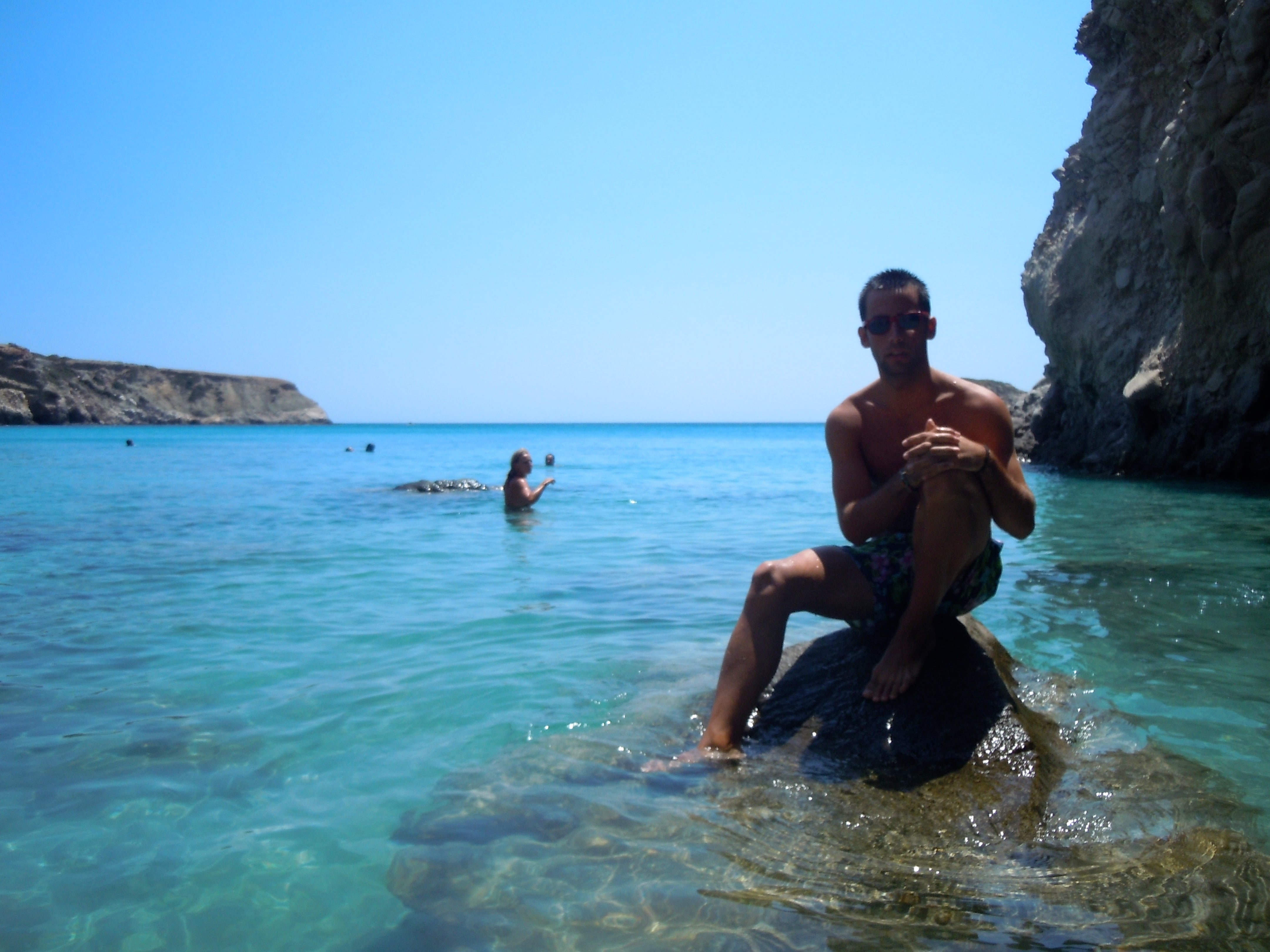 Playa de Tsigrado, la mejor playa de Milos (Grecia)