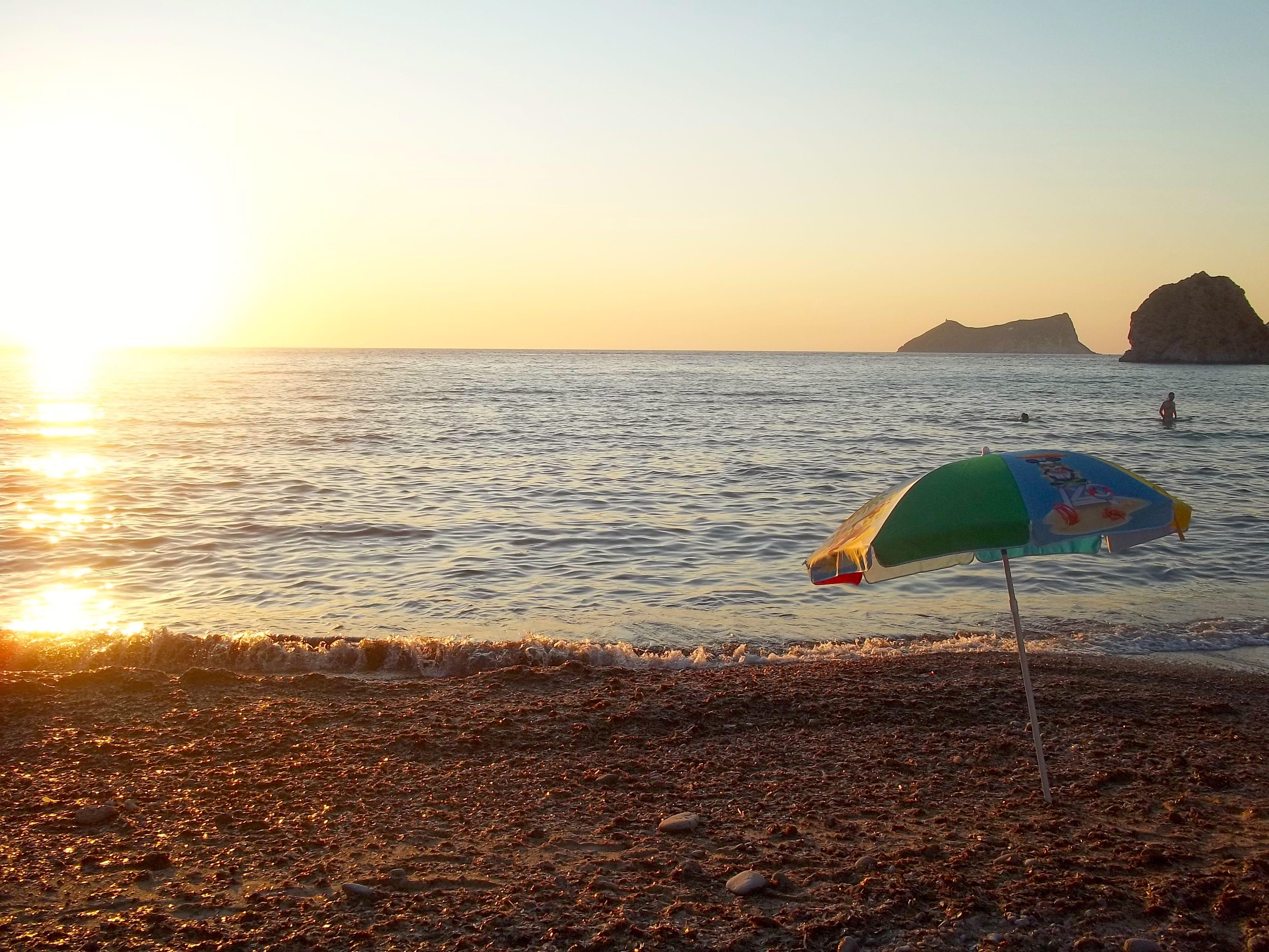 Atardecer en Milos, en la playa de Plathiena