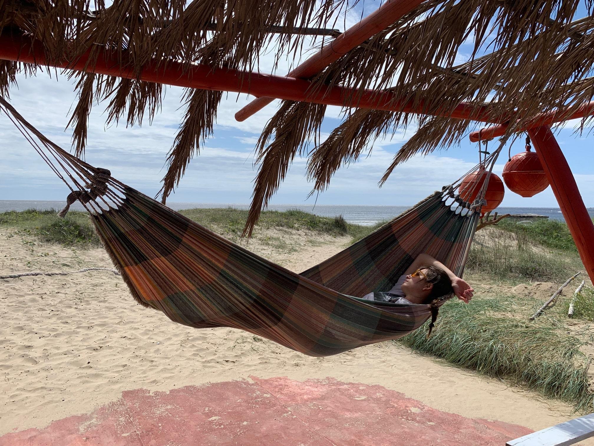 Miren descansando en Cabo Polonio
