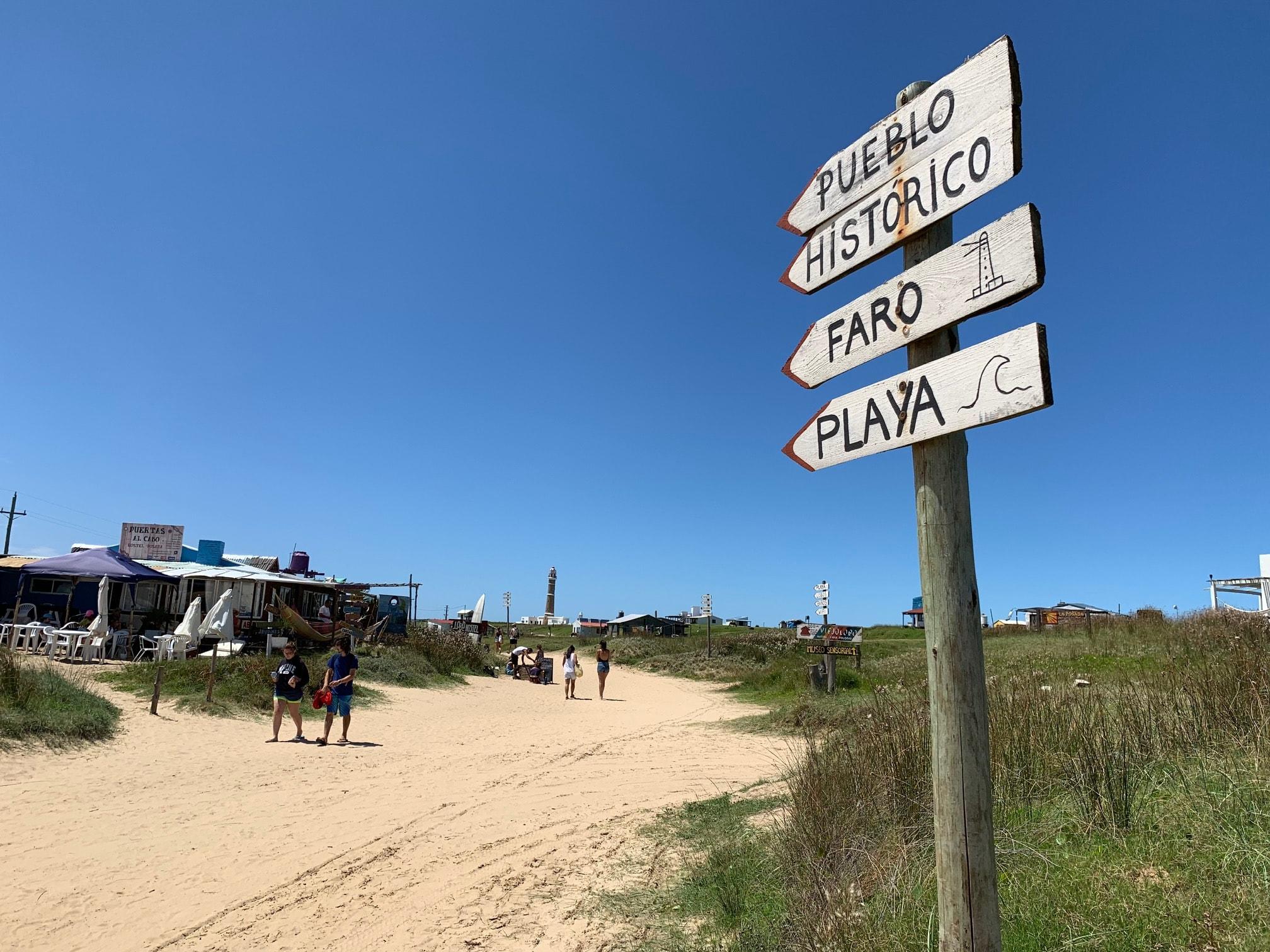 Avenida principal de Cabo Polonio, lugar ideal para pasear de noche