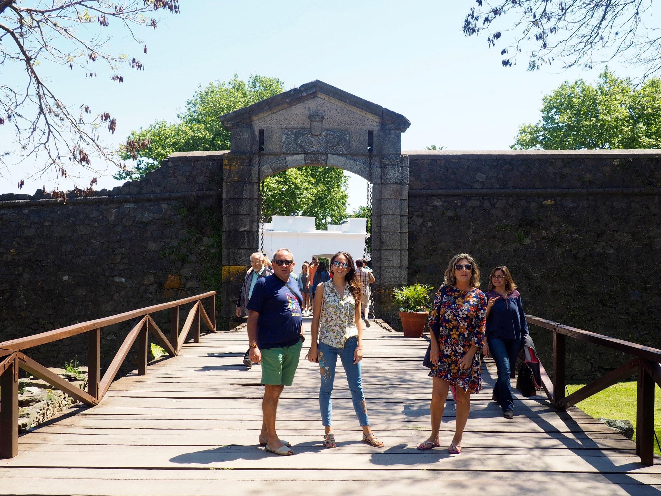 El portón de la muralla de Colonia