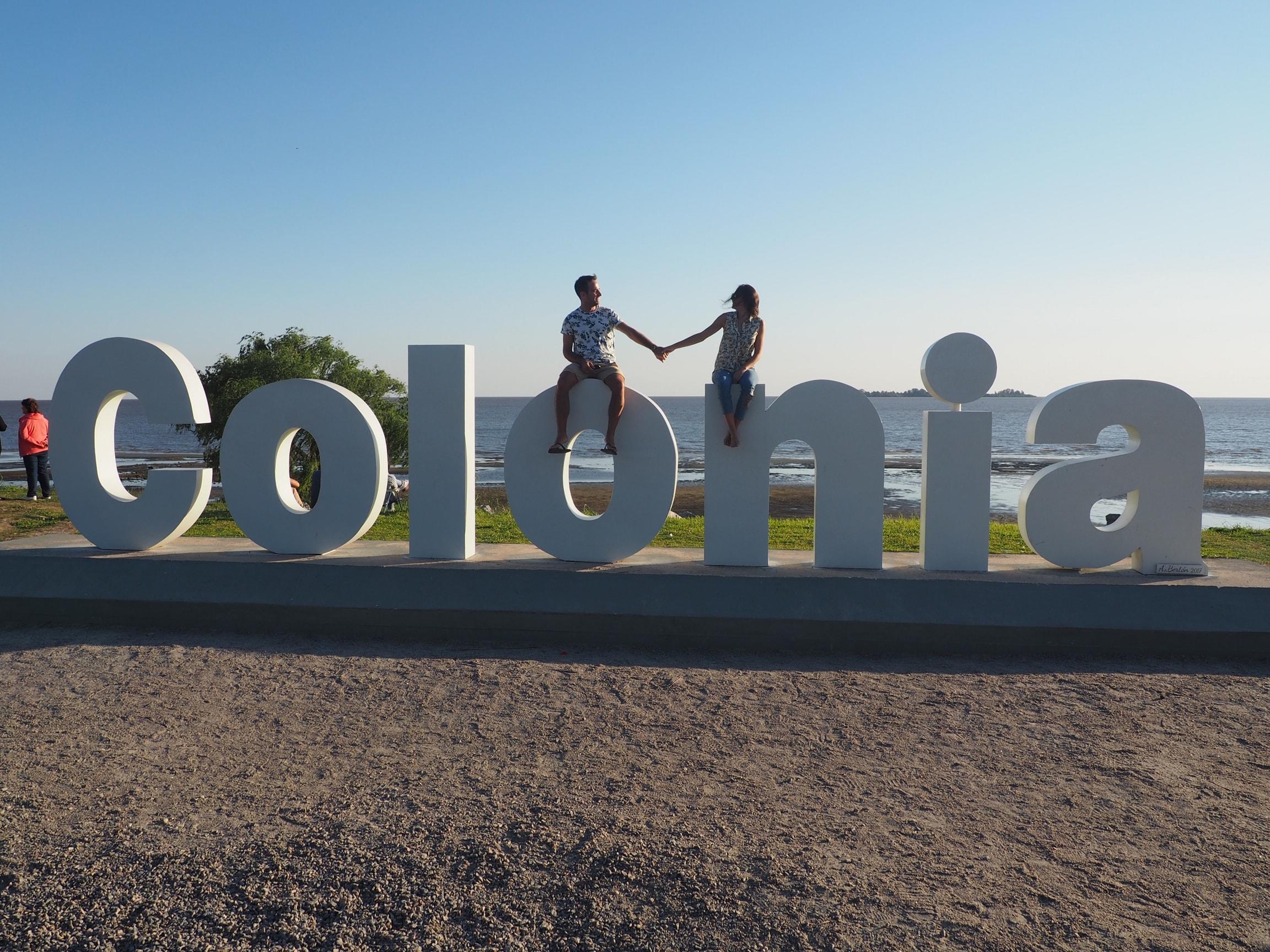 """Letras de """"Colonia"""" en el paseo de la playa"""