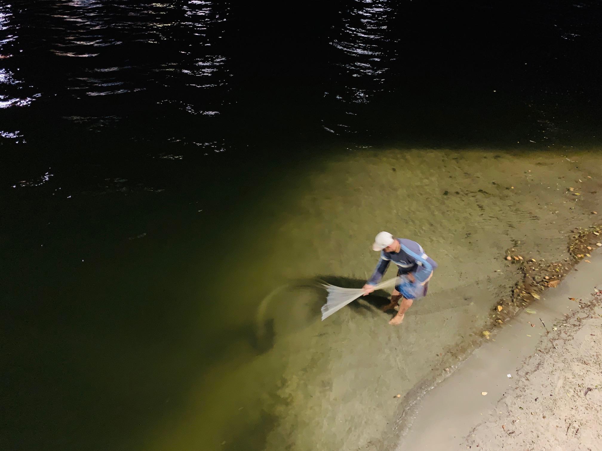 Pescando cangrejos y camarones en Florianópolis (Brasil)