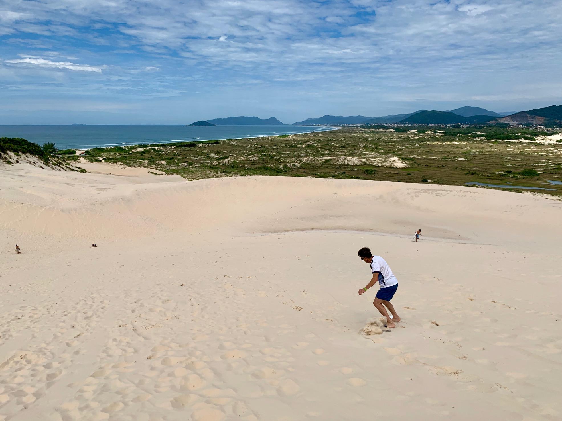 Dunas y sandboard con Playa Joaquina al fondo (Florianópolis)