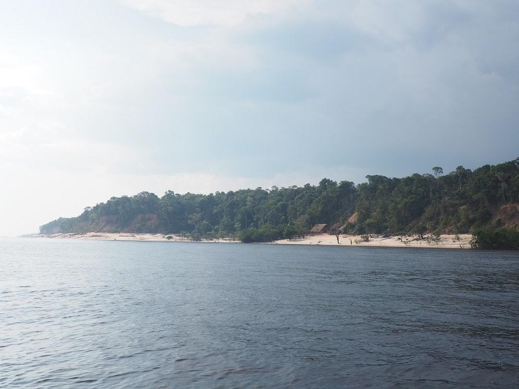 Aldea indígena en una playa del Amazonas, cerca de Manaos