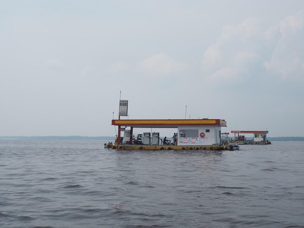 Gasolinera flotante en el río Amazonas (Manaos, Brasil)