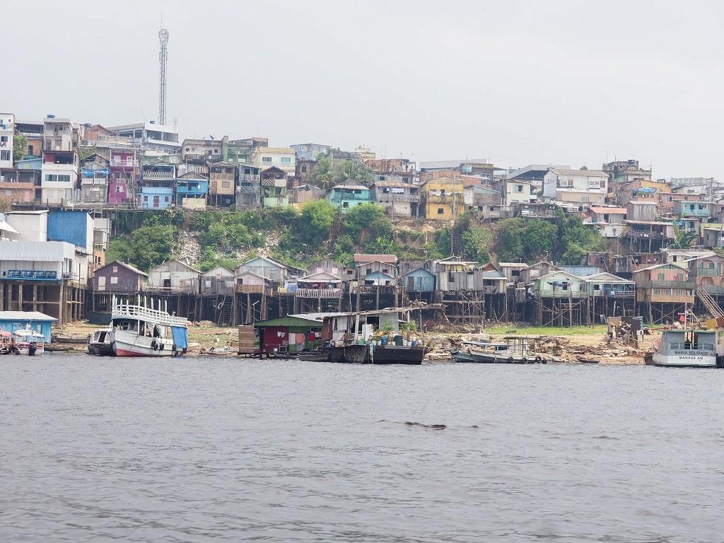Favelas en la orilla del río Amazonas