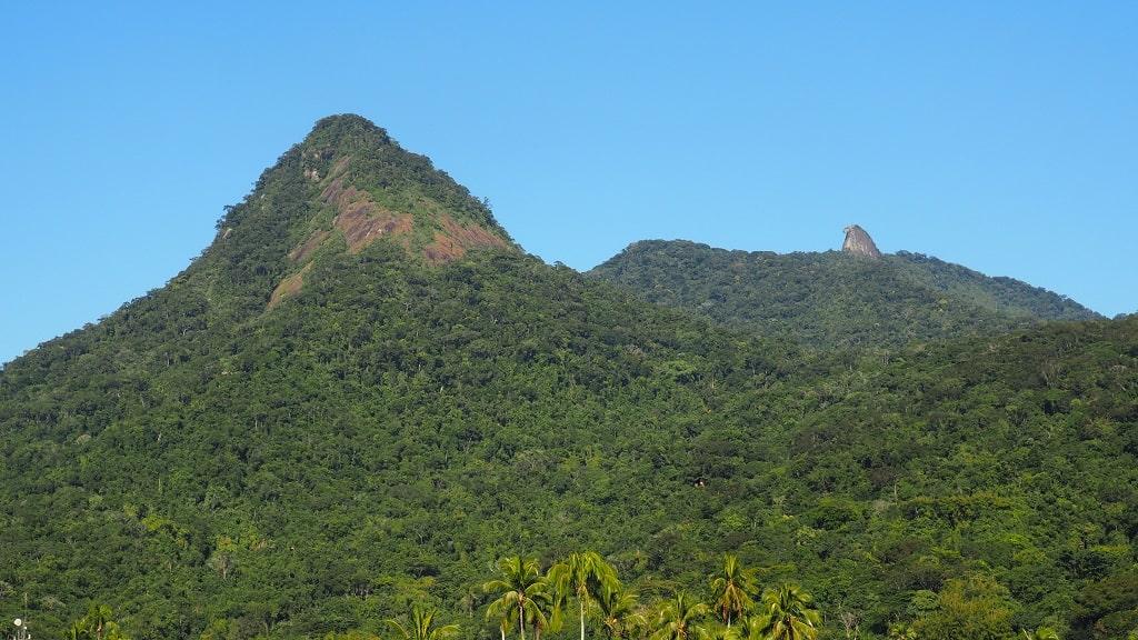 Pico do Papagaio (derecha), una de los mejores lugares turísticos que visitar en Ilha Grande