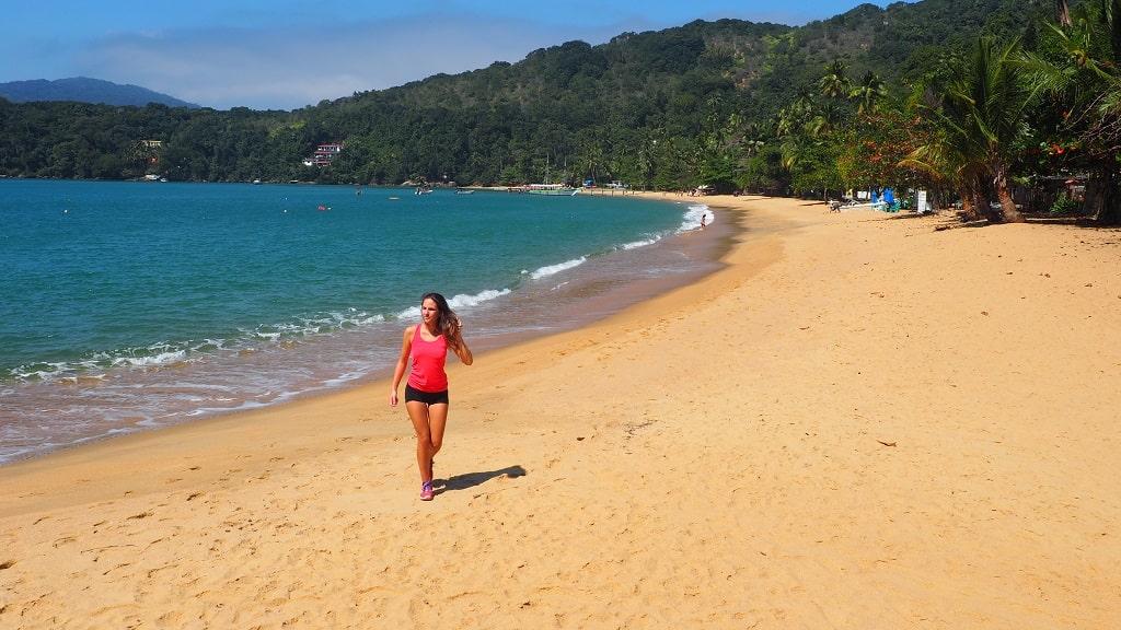 Praia das Palmas, una de las playas que se cruzan en la caminata a Lopes Mendes