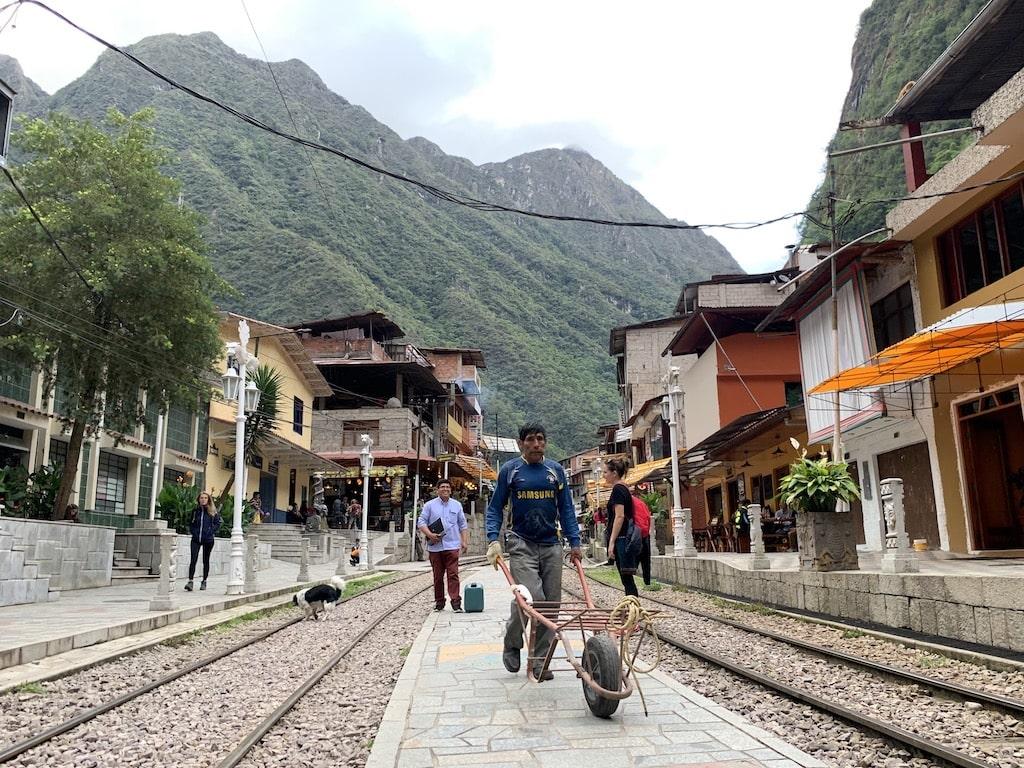 A Machu Picchu en tren o caminando
