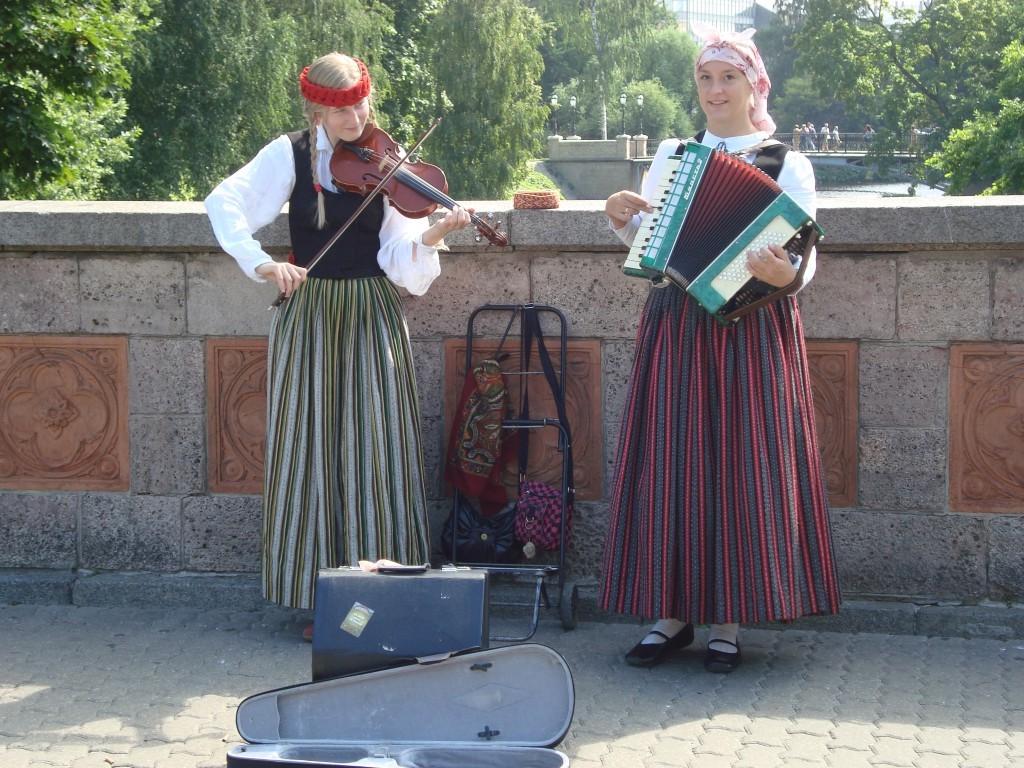 Mujeres en Riga: dos letonas con sus trajes tradicionales