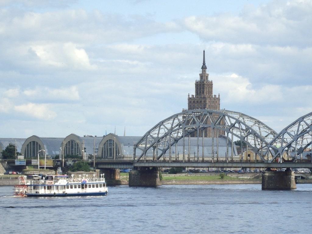 Río Daugava con la Academia de Ciencias de Letonia al fondo