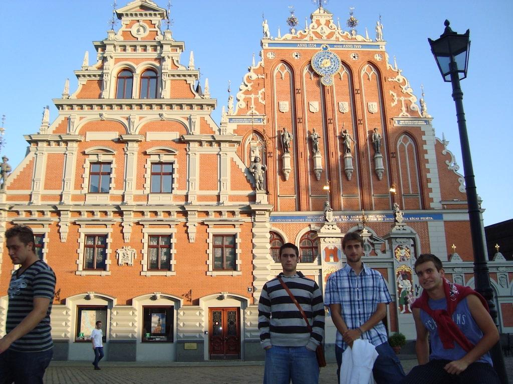 Casa de las Cabezas Negras desde la Plaza del Ayuntamiento