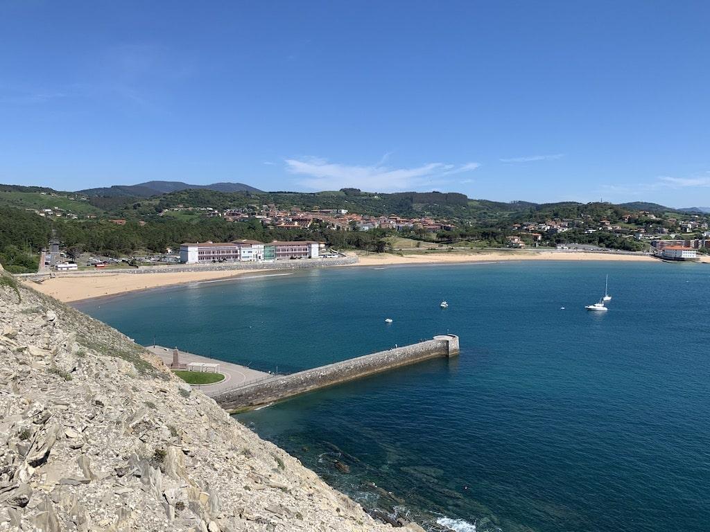 Playa de Astondo y el Hospital de Gorliz en la Bahía de Plentzia
