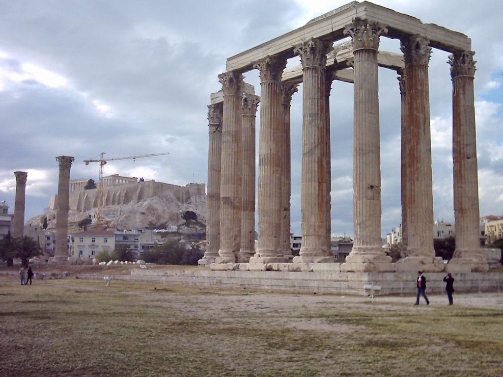 Templo de Zeus con la Acrópolis al fondo (Atenas, capital de Grecia)