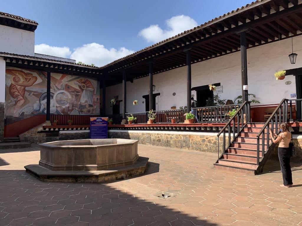Entrada principal de la Casa de los Once Patios con el mural al fondo