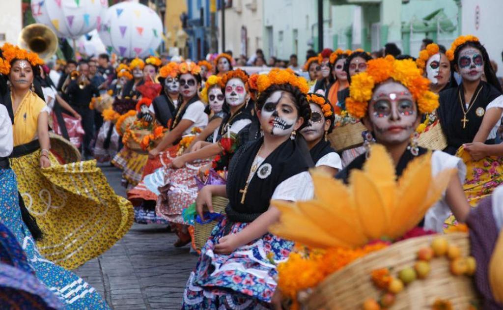 Desfile típico de Día de Muertos en México