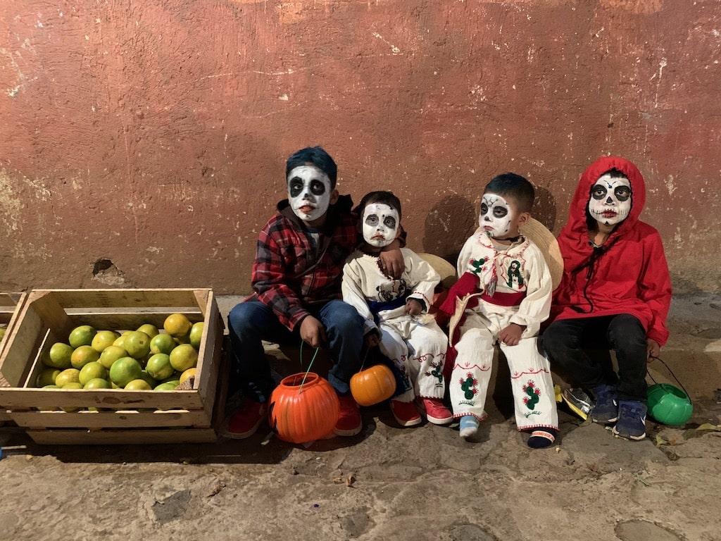 Niños disfrazados en Día de Muertos
