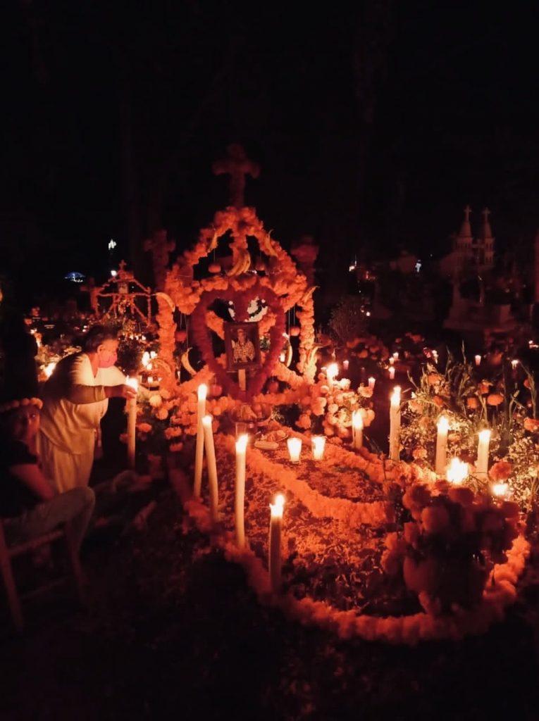 Panteón de Tzintzuntzan en Día de Muertos (Lago de Pátzcuaro, México)