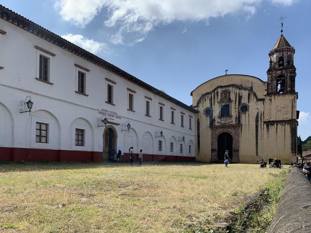 Antiguo Colegio Jesuita a la izquierda e Iglesia de la Compañía a la derecha