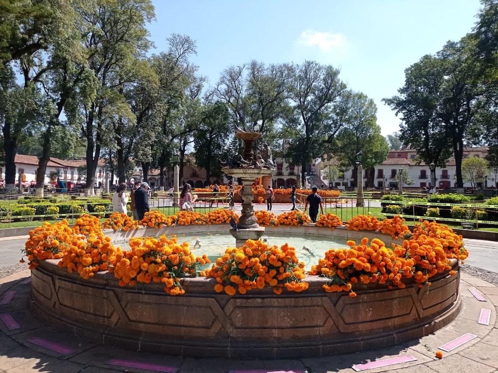 Plaza Vasco de Quiroga en Día de Muertos (Pátzcuaro, Michoacán)